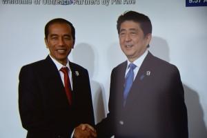 PM Jepang Shinzo Abe menyambut Presiden Jokowi saat menghadiri sesi I KTT G-7 Outreach, di Ise Sima, Jepang, Jumat (27/6) pagi
