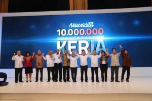 Para pejabat terkait yang terlibat dalam peluncuran Sistem Informasi 10 Juta Kesempatan Kerja, di Kemnaker, Jakarta, Selasa (10/5)