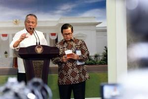 Menteri PUPR Basuki Hadimuljono didampingi Seskab Pramono Anung memberi keterangan kepada wartawan, di kantor presiden, Jakarta, Senin (2/5) petang. (Foto: JAY/Humas)