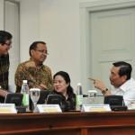 Menko Polhukam, Menko PMK, Menko Kemaritiman, Mensesneg, dan Menkumham berbincang sebelum rapat terbatas, di kantor Presiden, Jakarta, Senin (30/5) siang. (Foto: JAY/Humas)