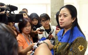 Menko PMK menjawab pertanyaan wartawan di Kantor Presiden, Jakarta (11/5). (Foto: Humas/Jay)