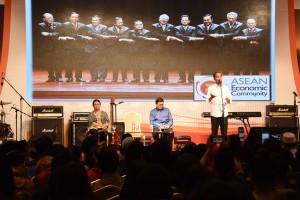 Presiden Jokowi memberikan sambutan dalam pertemuan dengan diaspora di Korsel, Minggu (15/5), di Hotel Lotte, Seoul. (Foto: Humas/Anggun)