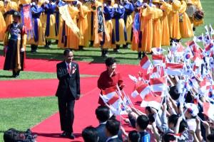 Presiden Jokowi dan Presiden Park menghampiri sekelompok siswa-siswi yang membawa bendera kedua negara, Senin (16/5) sore, di Istana Kepresidenan Cheong Wa Dae, Seoul, Republik Korea.