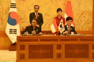 Presiden Jokowi dan Presiden Park Geun-hye menyaksikan penandatanganan sejumlah MoU antar kedua negara diantaranya kerja sama industri kreatif, Senin (16/5) Sore, di Istana Cheong Wa Dae, Seoul. (Foto: Humas/Anggun)