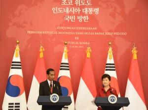 Presiden Jokowi dan Presiden Park memberikan keterangan pers bersama di Korea (16/5). (Foto: Humas/Anggun)