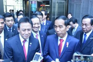 Presiden Jokowi menjawab pertanyaan wartawan di sela kunjungan ke Digital Media City, Seoul, Korsel (17/5). (Foto: Humas/Anggun)