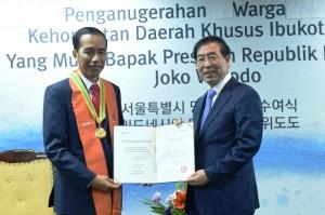 Presiden Jokowi dianugerahi Honorary Citizenship of Seoul oleh Wali Kota Park Won-soon (17/5). (Foto:Humas/Anggun)