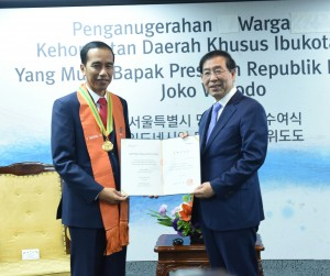 Presiden Jokowi Dianugerahi Warga Kehormatan dari Wali Kota Seoul, Seoul Museum of History Korea, Selasa(17/5) Waktu setempat. (foto: Humas/Anggun)