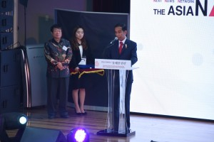 Presiden Jokowi menerima penghargaan Asia Association Journalist di Ajou University, Soul, Korea, Selasa(17/5) Waktu setempat. (Foto:Humas/Anggun)
