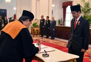 Muhammad Syarifudin dilantik menjadi Wakil MA Bidang Yudisial, Selasa (3/5), di Istana Negara, Jakarta. (Foto: Humas/Jay)