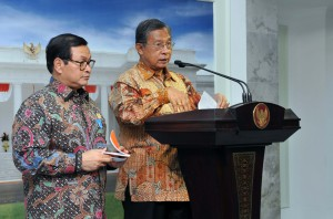 Menko Perekonomian Darmin Nasution didampingi Seskab Pramono Anung memberikan keterangan pers usai mengikuti ratas (24/5). (Foto: Humas/Jay)
