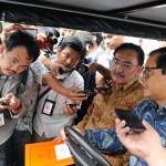 Seskab Pramono Anung didampingi Waseskab Bistok Simbolon terus ditanya wartawan saat menaiki golf car, di kawasan Istana Kepresidenan, Jakarta, Senin (30/5) sore. (Foto: JAY/Humas)