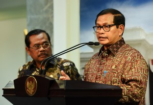 Seskab Pramono Anung didampingi Jaksa Agung Prasetyo memberikan keterangan pers (10/5). (Foto: Humas/Agung)