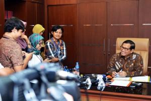 Seskab Pramono Anung saat menjawab pertanyaan wartawan di ruang kerjanya. (17/5). (Foto: Humas/Agung)