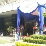 Mendikbud Anies Baswedan mengenakan pakaian adat saat menjadi Irup Hardiknas, di kantor Kemdukbud, Jakarta, Senin (2/5) pagi