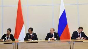 Presiden Jokowi dan Presiden Putin menyaksikan penandatangana MoU antar kedua negara, Rabu (18/5), di Bucherov Rucey, Sochi, Rusia. (Foto: BPMI/Rusman)