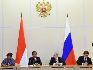 Presiden Jokowi dan Presiden Putin menyaksikan Penandatanganan MoU mengenai Penanggulangan IUU Fishing, Rabu (18/5), di Sochi, Rusia. (Foto: BPMI/Rusman)