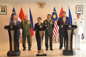 Deklarasi Bersama Menlu dan Panglima Angkatan Bersenjata Filipina, Malaysia, dan Indonesia, Kamis (5/5), di Istana Kepresidenan Yogyakarta. (Foto: Humas/Jay)