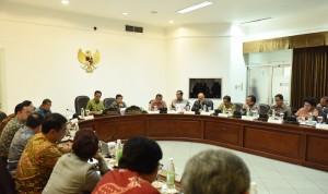 Presiden Jokowi saat memimpin Rapat Terbatas tentang DAK di Kantor Presiden, Jakarta (11/5). (Foto: Humas/Jay)