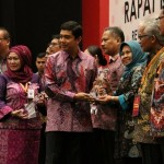 Menteri PANRB Yuddy Chrisnandi memberikan penghargaan kepada perwakilan pemerintah kabupaten yang memberikan pelayanan publik terbaik, di Hotel Bidakara, Jakarta, Kamis (26/5)