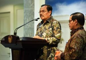 Jaksa Agung menyampaikan keterangan kepada pers usai Sidang Kabinet di Kantor Presiden, Jakarta (10/5). (Foto:Humas/Agung)