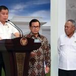 Menhub Ignasius Jonan didampingi Seskab Pramono Anung dan Menteri PUPR Basuki Hadimuljono memberikan keterangan pers usai ratas, Senin (2/5), di Kantor Presiden, Jakarta. (Foto: Humas/Jay)