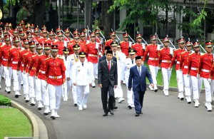Presiden Jokowi dan Wakil Presiden Jusuf Kalla mengikuti kirab bersama para gubernur dan wakil gubernur sebelum dilantik di Istana Negara, Jakarta, Rabu (25/5) sore. (Foto: Rahmad/Humas)
