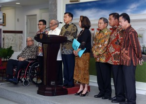 Ketua Pansel Imam Sujarwo memberikan keterangan pers usai menyerahkan 12 nama calon anggota Kompolnas kepada Presiden Jokowi, di Istana Merdeka, Jakarta, Senin (2/5) siang. (Foto: JAY/Humas)