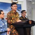 Mendagri Tjahjo Kumolo didampingi Seskab dan Menkumham menyampaikan hasil rapat terbatas kepada wartawan, di kantor Presiden, Jakarta, Senin (30/5) sore. (Foto: JAY/Humas)
