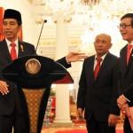 Presiden Jokowi bersama Kepala Staf Presiden dan Menkumham, seusai mengumumkan Perpres Kebiri, di Istana Merdeka, Jakarta,Rabu (25/5) sore. (Foto: Rahmad/Humas)