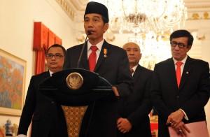 Presiden Jokowi didampingi sejumlah pejabat mengumumkan penerbitan Perppu Kebiri, di Istana Merdeka, Jakarta, Rabu (26/5) sore. (Foto: Rahmad/Humas)