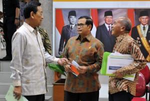 Seskab berbincang dengan Gubernur DIY Sri Sultan Hamengkubuwono X dan Dirut Angkasa Pura I Sulistyo Wimbo Hardjito, Senin (9/5) sore, di Kantor Presiden, Jakarta. (Foto: Humas/Rahmat)