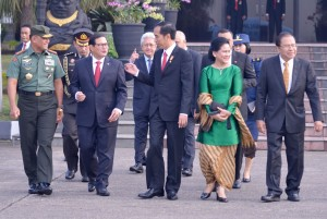 Presiden Jokowi didampingi Ibu Negara Iriana berbincang dengan Seskab Pramono Anung dan sejumlah pejabat pemerintah, sesaat sebelum bertolak ke Jepang, dari Bandara Halim Perdanakusuma, Jakarta, Kamis (26/5) pagi. (Foto: Biro Pers Setneg)