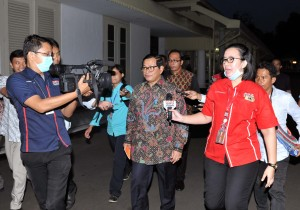 Seskab Pramono Anung menjawab pertanyaan wartawan usai ratas, Selasa (24/5), di Kantor Presiden, Jakarta. (Foto: Humas/Jay)