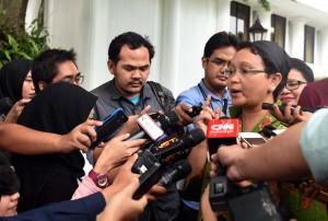 Menlu Retno Marsudi menjawab wartawan usai mendampingi Presiden Jokowi menerima anggota Dewan Negara RRT Yang Jiechi, di Istana Merdeka, Jakarta, Senin (9/5) siang. (Foto: JAY/Humas)