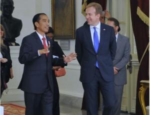 Presiden Jokowi berbincang dengan Menlu Norwegia Berge Brende, yang melakukan kunjungan kehormatan ke Istana Merdeka, Jakarta, Selasa (31/5) siang. (Foto: Deni/Humas)