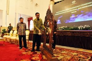 Presiden Jokowi didampingi Wapres Jusuf Kalla memukul gong tanda ditutupnya secara resmi agenda Musrenbangnas 2016 di Istana Negara, Jakarta (11/5). (Foto: Humas/Rahmat)