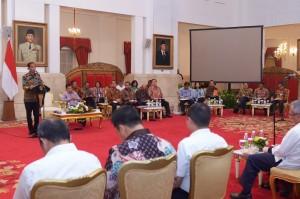 Presiden Jokowi memberikan pengantar pada sidang kabinet paripurna, di Istana Negara, Jakarta, Selasa (10/5) siang