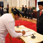 Presiden Jokowi menyaksikan penandatangan berita acara pelantikan Gubernur, di Istana Negara, Jakarta, Rabu (25/5) sore. (Foto: Rahmad/Humas)
