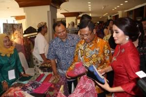 Menperin Saleh Husin bersama Ketua Yayasan Batik Jawa Barat, Sendy Dede Yusuf pada  peresmian Pesona Batik Pesisir Utara Jawa Barat, di Jakarta, Kamis (19/5)
