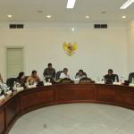 Presiden Jokowi memimpin rapat terbatas membahas evaluasi Paket Kebijakan Ekonomi, di kantor Presiden, Jakarta, Selasa (24/5) sore. (Foto: JAY/Humas)