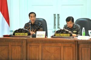 Presiden Jokowi didampingi Wakil Presiden Jusuf Kalla memimpin rapat terbatas, di kantor kepresidenan, Jakarta, Senin (9/5) siang