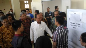 Menristekdikti M. Nasir meninjau pelaksanaan SBMPTN 2016, di Universitas Diponegoro, Semarang, Selasa (31/5) pagi.