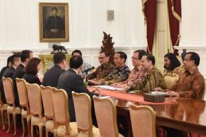 Presiden Jokowi menerima kunjungan kehormatan delegasi Standard & Poor's (S&P) Rating Services di Istana Merdeka, Selasa (10/5) pagi. (Foto: Humas/Deni)