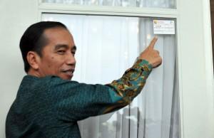 Presiden Jokowi menerima Tim Sensus Ekonomi dari Badan Pusat Statistik (BPS) yang dipimpin oleh Kepala BPS Dr. Suryamin di Istana Merdeka Jakarta, Presiden Jokowi juga menyaksikan penempelan stiker di Pintu depan Istana Merdeka, Rabu(25/5) Siang.