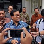 Seskab Pramono Anung menjawab wartawan usai rapat terbatas, di kantor kepresidenan, Jakarta, Senin (30/5) sore. (Foto: JAY/Humas)
