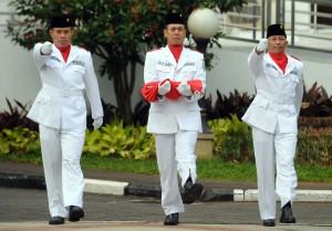 Petugas pembawa bendera pusaka Merah Putih, pada upcara Harkitnas 2016, di halaman parkir Kemensetneg, Jakarta, Jumat (20/5) pagi. (Foto: Rahmad/Humas)