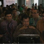Wapres Jusuf Kalla didampingi sejumlah menteri menjawab wartawan usai membuka Rakornas Kepegawaian, di Gedung Bidakara, Jakarta, Kamis (26/5) siang.