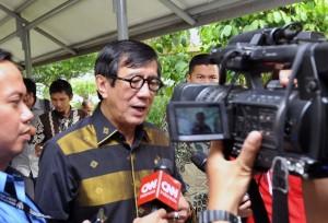 Menteri Hukum dan HAM Yasonna H. Laoly menjawab wartawan usai rapat terbatas, di kantor kepresidenan, Jakarta, Senin (30/5) sore. (Foto: JAY/Humas)