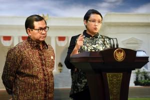 Menlu Retno Marsudi dan Seskab Pramono Anung memberikan keterangan pers usai ratas di Kantor Presiden, Jakarta, Selasa (10/5) sore. (Foto: Humas/Agung)